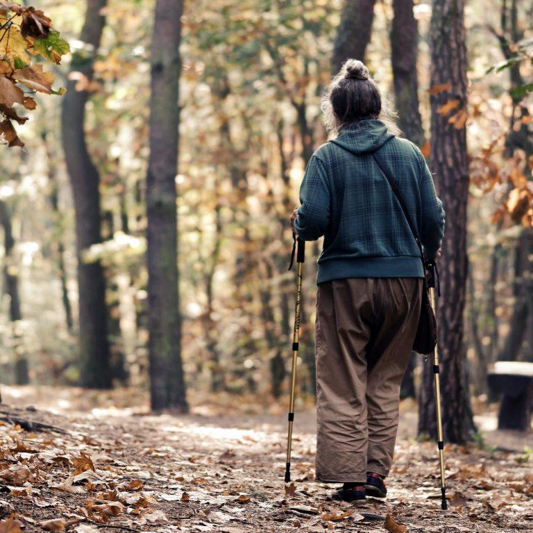 Valpreventie en Kinesitherapie Gent Vrouw in bos